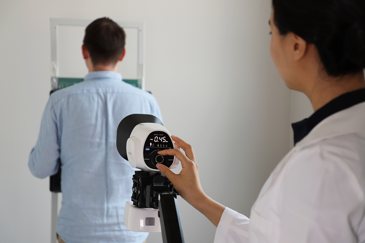 1. 간이진료소에서 환자의 폐렴진단을 위해 EzRay M으로 흉부 엑스레이를 촬영하고 있다.jpg