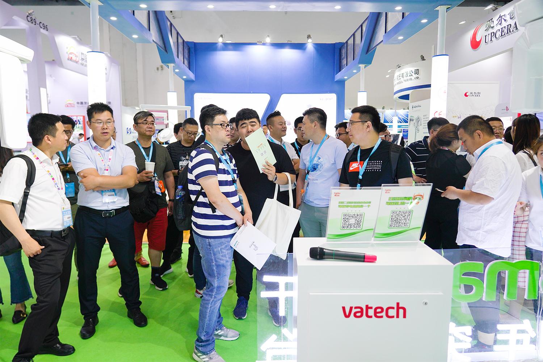 6월 북경 전시회에서 관람객들이 바텍의 중국 브랜드 'iyou'가 실시하는 그린스마트 출시 1주년 이벤트를 기다리고 있다..jpg