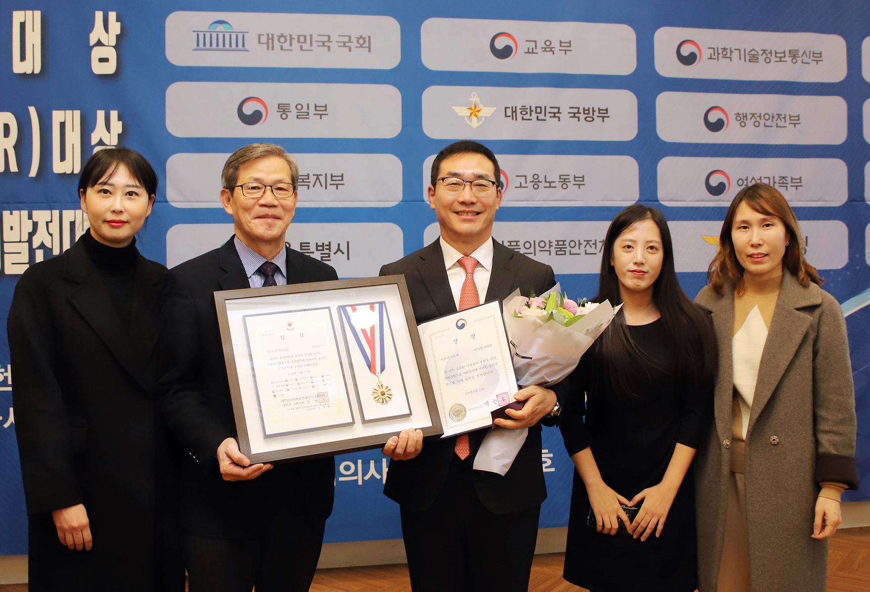 바텍 현정훈 대표이사가 대한민국 사회공헌 대상을 받고 있다.jpg